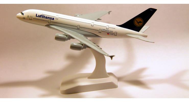 Модель самолета Airbus A380 Lufthansa длинна 17 см.