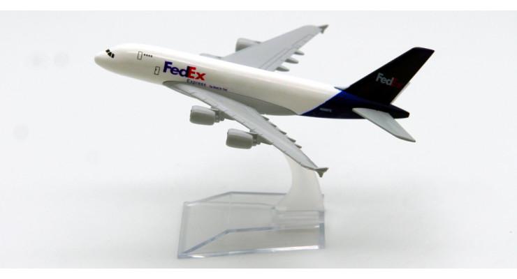 Модель самолета Airbus A380 FedEx длинна 13 см.